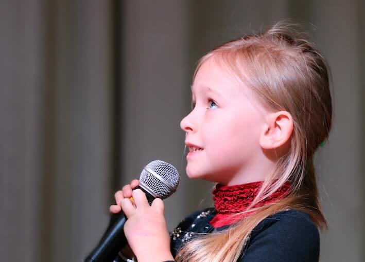 Niña cantando: rincón musical
