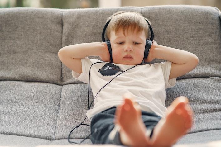 Niño escuchando música: crea un espacio musical en casa