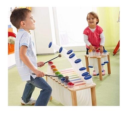 Niño tocando instrumento: crea un espacio musical en casa