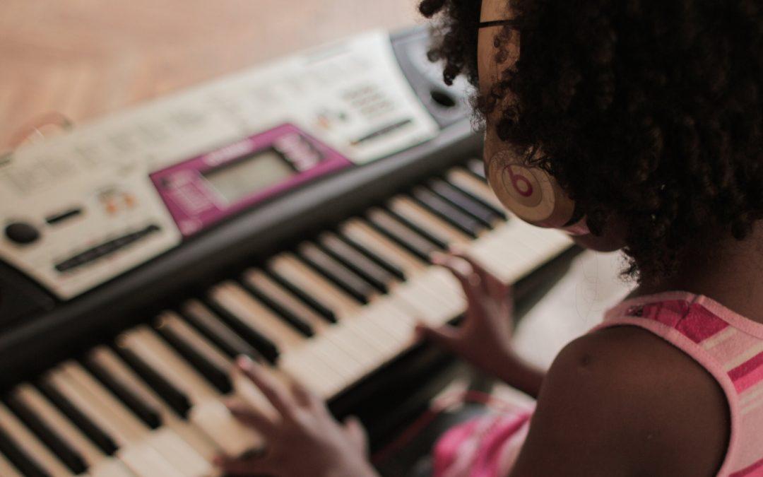 ¿Pueden los niños aprender a tocar un instrumento online?
