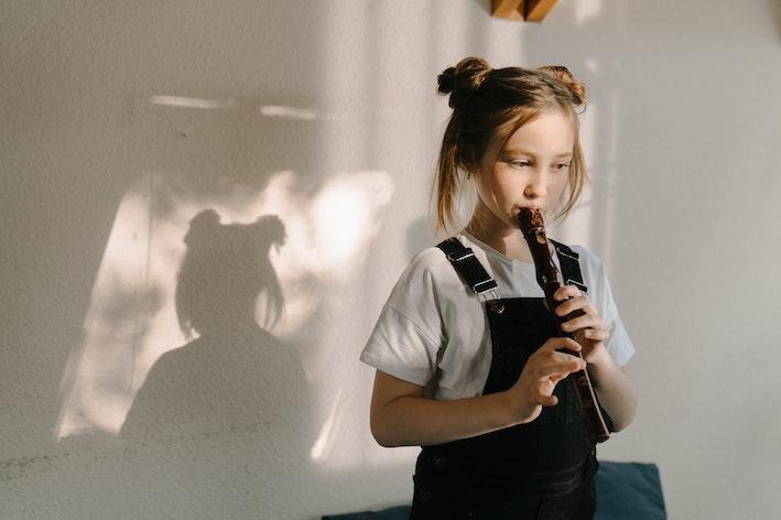 Niña aprendiendo flauta virtual - Allegro Mágico
